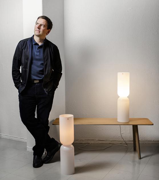 Harri Koskinen ja Lantern-lyhty kynttiläversiona ja sähköistettynä