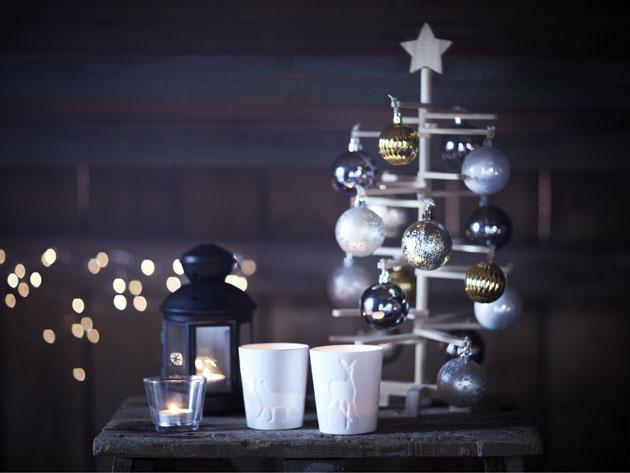 Koristeellinen joulupuu pöydällä