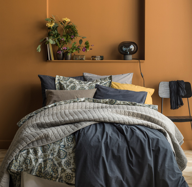 Runsas ja värikäs makuuhuoneen sängyn petaus