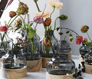 Kukkia Fritz Hansenin erikoisissa maljakoissa