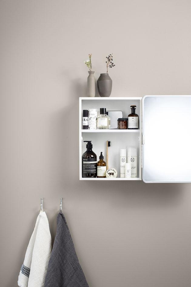 kylpyhuoneen kaappi ja kosmetiikkaa