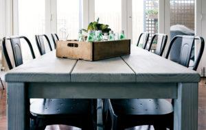 Kalkkimaalilla maalattu pöytä