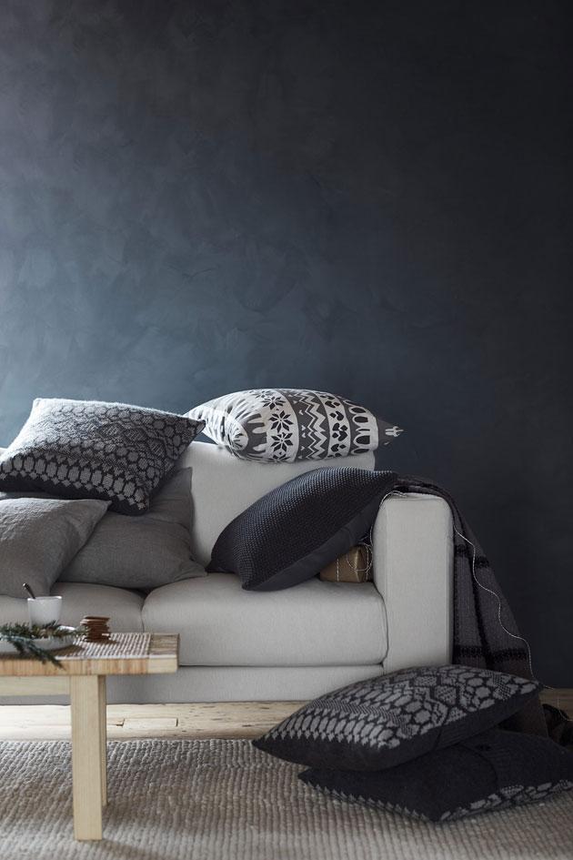 tyynyjä ja peitto sohvalla