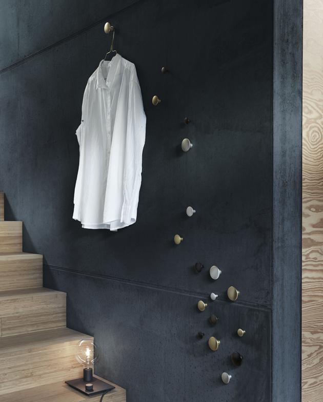 Ripusta puolipitoiset vaatteet seinälle.