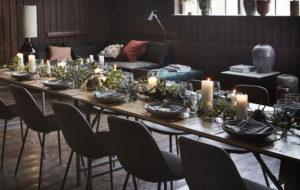 Jouluvaloillaja kynttilöillä koristeltu kattaus