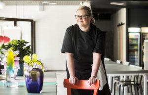 Anu Penttinen on lasitaiteilija ja keittiömestari.