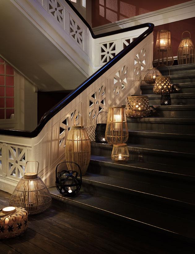 kynttilälyhtyjä portaissa