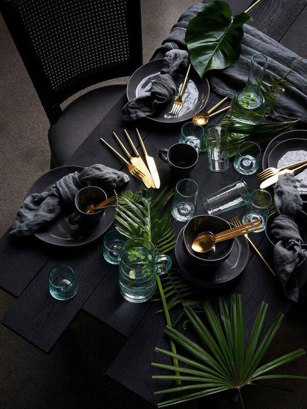 vihreällä katettu pöytä