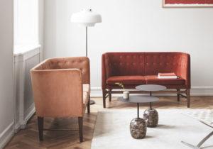 kaksi oranssia sohvaa