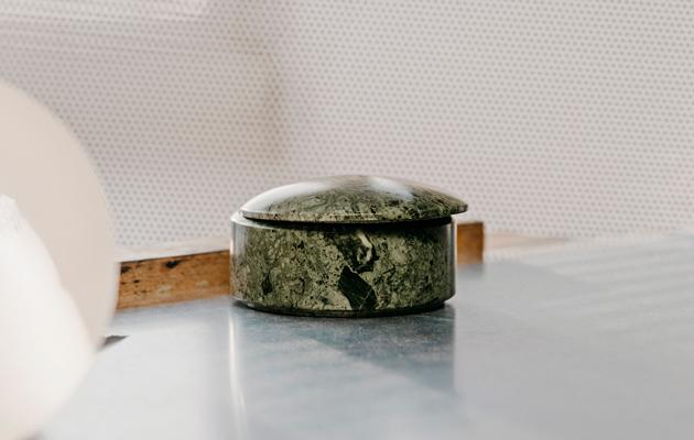 Marmoria voi annostella sisustukseen pienesineinä tai jopa isoina pintoina.