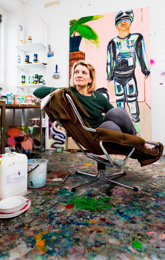 Kuvataiteilija Rauha Mäkilä,37, valmistui Kuvataideakatemiasta vuonna 2007. Hänellä on ollut lukuisia näyttelyitä Suomessa ja ulkomailla. Töitä mm. Kiasman, Wihurin rahaston ja Saastamoisen säätiön kokoelmissa. Opettaa myös joogaa.