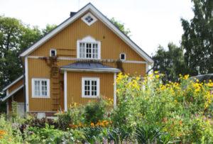 keltaisen talon kukkiva puutarha