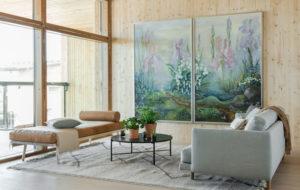 Talo Haltiattaren olohuoneessa on Johanna Oraksen taidetta seinällä.