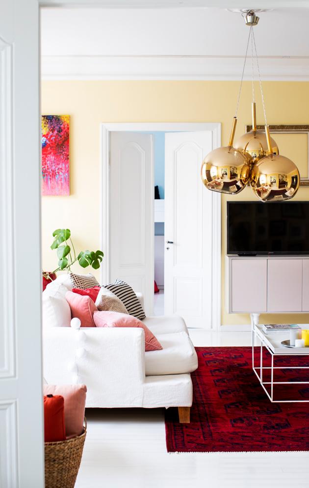 värikäs olohuone punainen matto keltaiset seinät