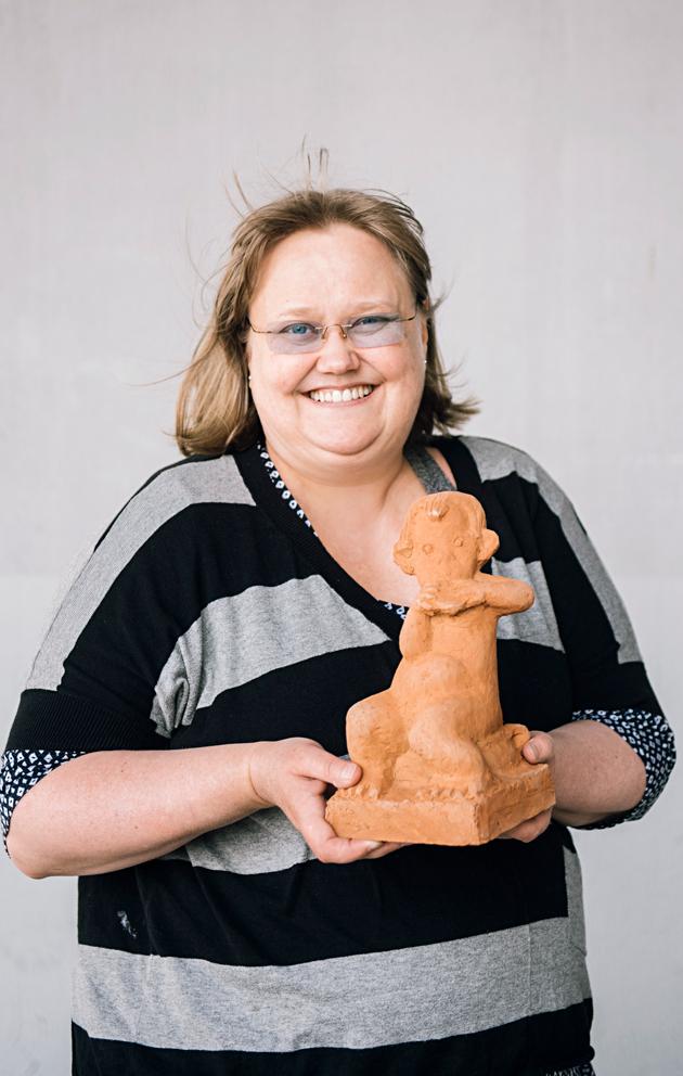Aira Sévon osti hassun patsaan ristiäislahjaksi nettihuutokaupasta.