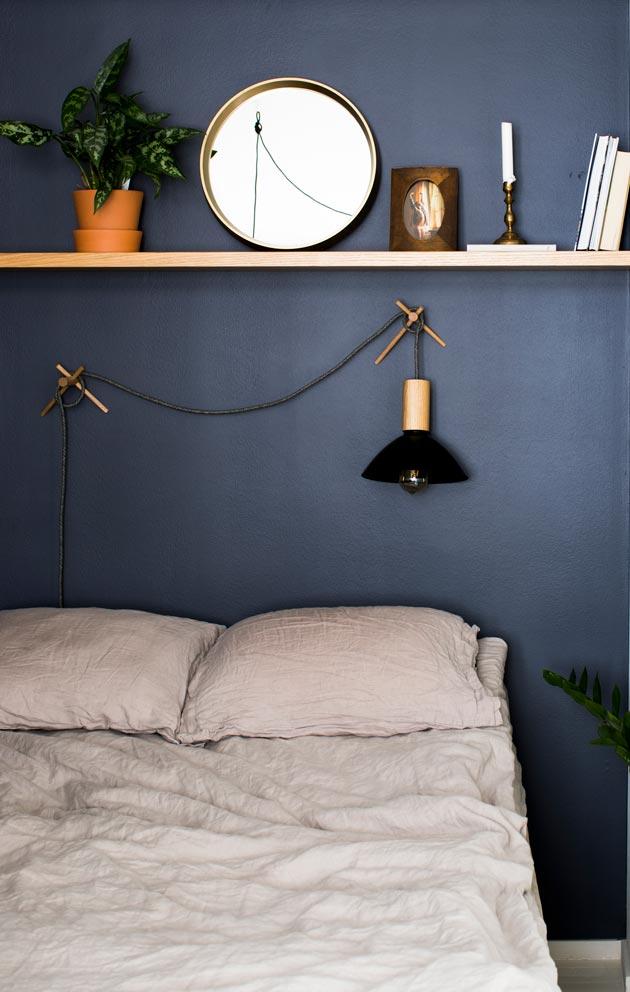 Makuuhuoneen seinät on maalattu tummansinisiksi.