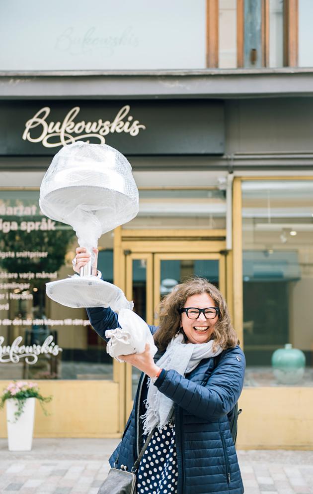 Toimittaja Riitta Lehtimäki osti nettihuutokaupasta Bumling-valaisimen muiden tarjoajien nenän edestä.