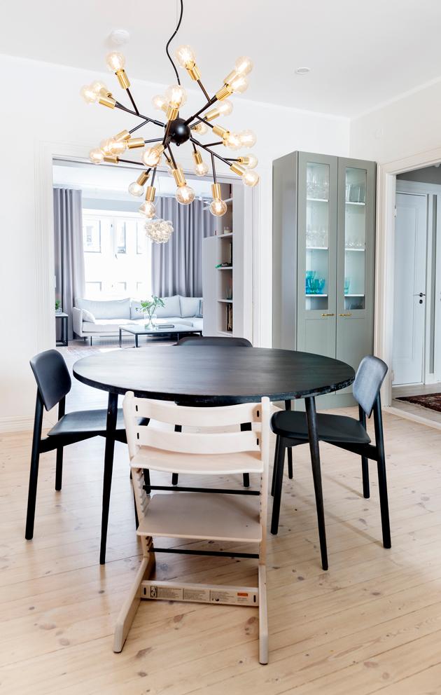 Vappu Pimiän kodissa keittiöstä on suora yhteys olohuoneeseen.