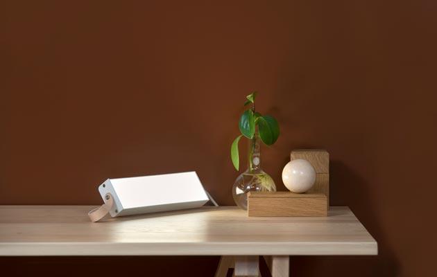 Harri Koskisen kirkasvalolaitteen voi ripustaa seinälle tai sen voi asettaa tukeen pöydälle.
