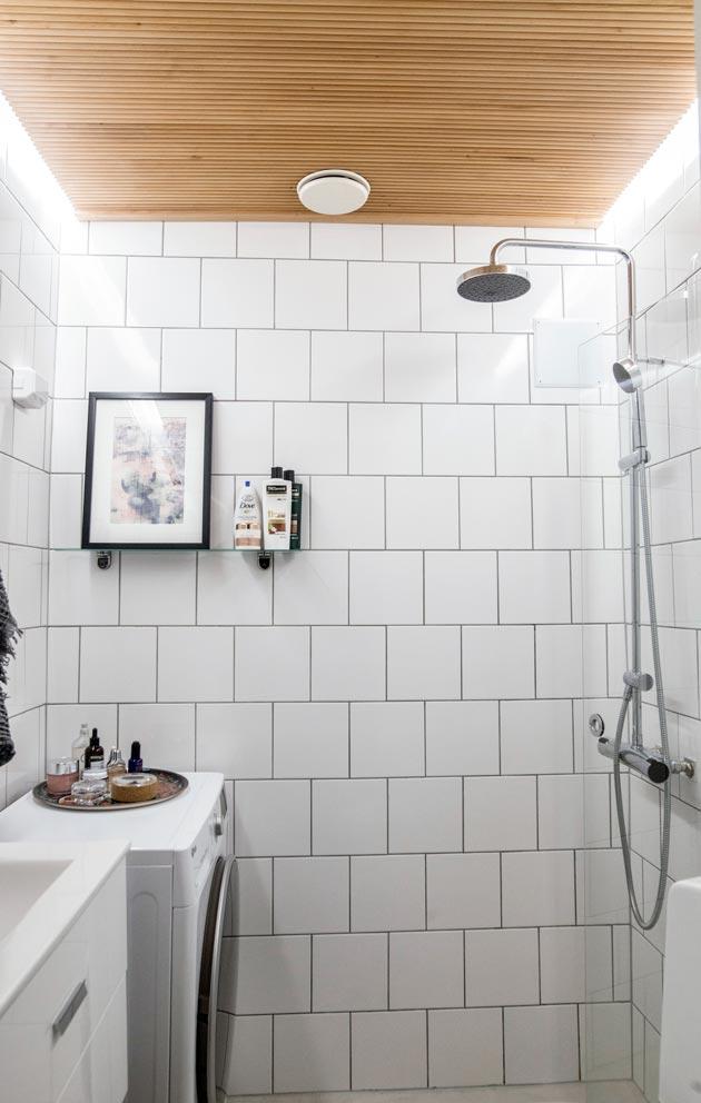 Myös kylpyhuone remontoitiin perusteellisesti. Mona on erittäin tyytyväinen lopputulokseen.