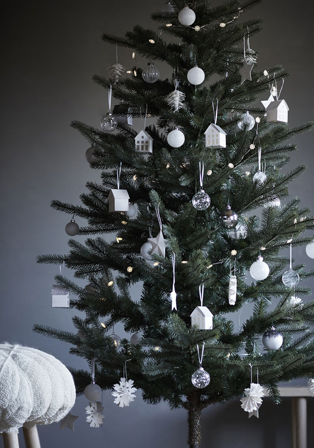 Eri materiaaleista mutta samasta väristä valmistetut koristeet yhtenäistävät kuusen, joulukuusen koristelu.