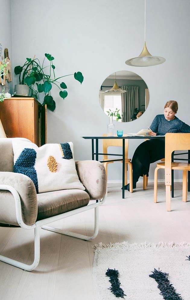 Olohuoneen nojatuoli on Yrjö Kukkapuron prototyyppi. Se on saatu anopilta.