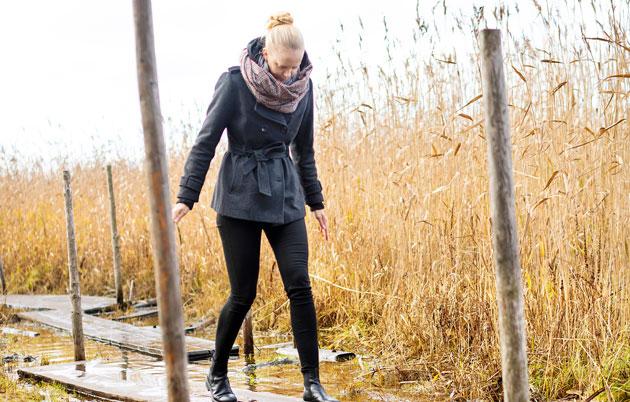 Anni Pitkäjärvi pitkospuilla