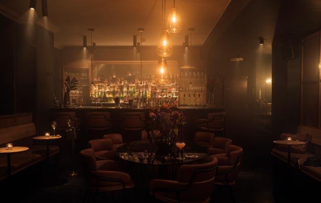 Sisustus on sekoitus loistohotellin kirjastobaaria ja kansainvälistä cocktail-baaria.