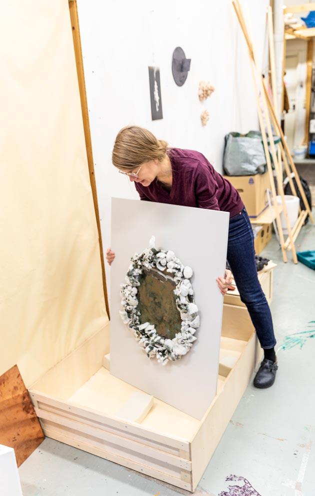 Veera Kuljun teoksissa näkyy taiteilijan pikkutarkka kädenjälki. Metsä- ja popcorn-teosten pakkaaminen on tarkkaa työtä sekin.