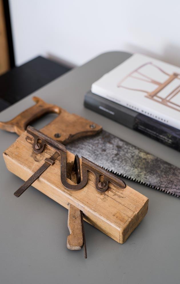 Johan kerää vanhoja työkaluja, osa niistä on peräisin papan verstaalta.