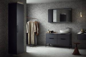 Musta ja harmaa ovat tyylikkäät materiaalit kylpyhuoneeseen. DK-sarjan kaapisto on Svedbergsin. Kylpyhuoneen remontti.