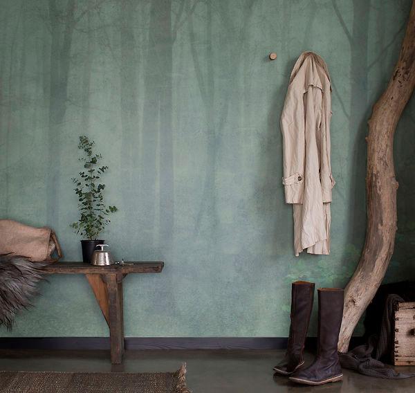 Marickenin metsäaiheinen tapetti ja vanha penkki tuovat luonnon kotiin.