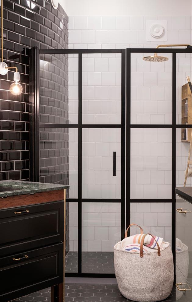 Kylpyhuone sijoitettiin rappukäytävää päin, joten yksi seinistä on kaareva.