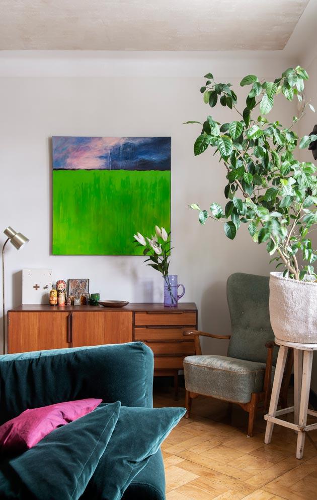 Isoäidin nojatuolit löysivät paikkansa olohuoneesta. Marin akryylimaalaus on löytänyt paikkansa seinältä.
