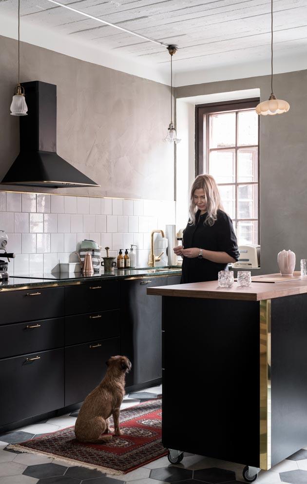 Vanha keittiö oli aivan täynnä kaappeja. Remontissa keittiökaapistoille valittiin Ikean rungot, messinkivetimet ja -listat tekevät kokonaisuudesta oman näköisen.