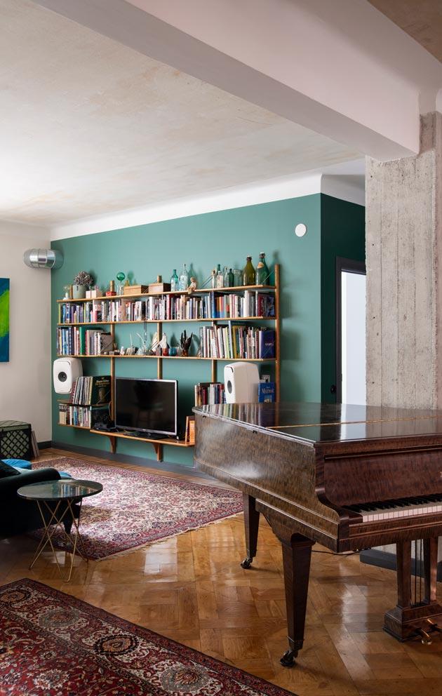 Uudessa kodissa ensimmäisenä löysivat paikkansa havunvihreä sohva ja marmorikantinen pikkupöytä.