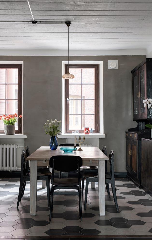 Perhetuttu, elokuvaohjaaja Juhana Manner auttoi tilojen ideoinnissa. Hän rakensi keittiön kalusteet yhdistelemällä Ikean runkoihin vanhoja kalusteita tai niiden osia.
