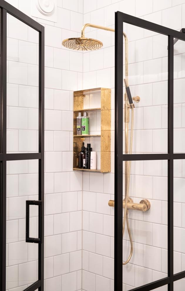 Messinki sopii kauniisti kylpyhuoneeseen. Hylly on Marin itsensä suunnittelema.