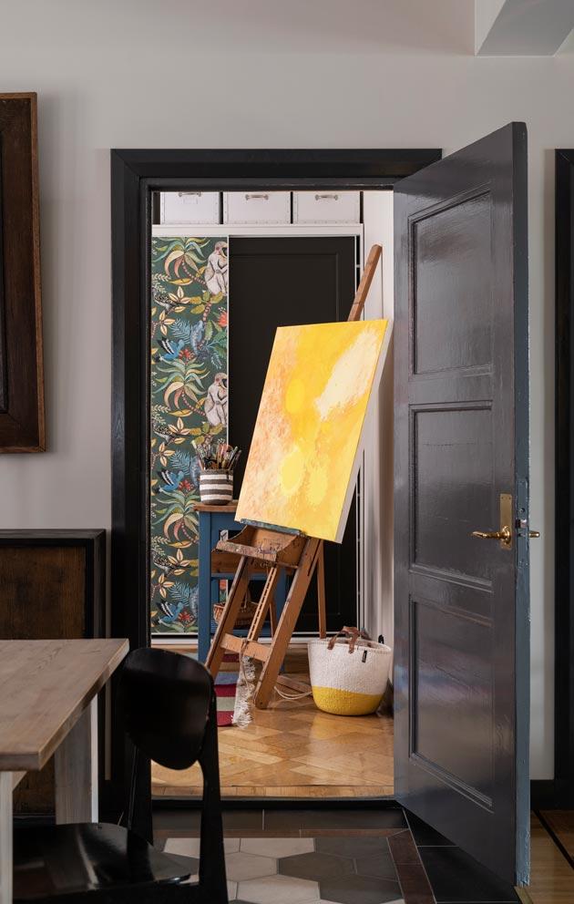 Mari harrastaa maalaamista, keltainen työ on vielä keskeneräinen.