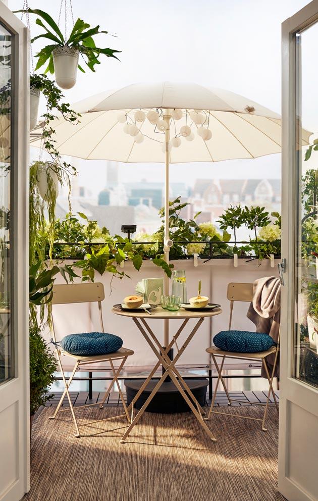 Viherkasvit, matto ja kauniit ulkokalusteet tekevät parvekkeesta ylimääräisen huoneen.