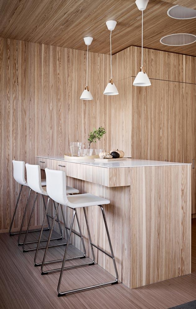 Ei ihan tavanomainen ratkaisu: keittiössä puuta löytyy katosta, kaapin ovista ja jopa seinistä.
